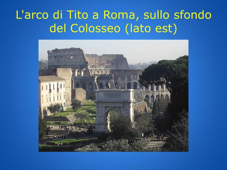 L'arco di Tito a Roma, sullo sfondo del Colosseo (lato est)