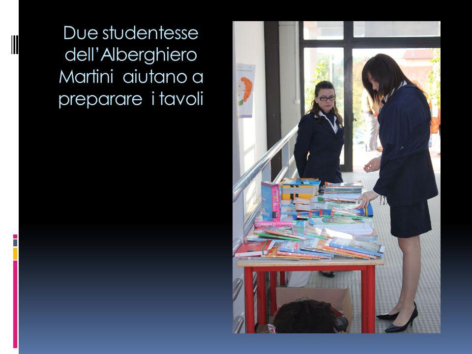 Due studentesse dellAlberghiero Martini aiutano a preparare i tavoli
