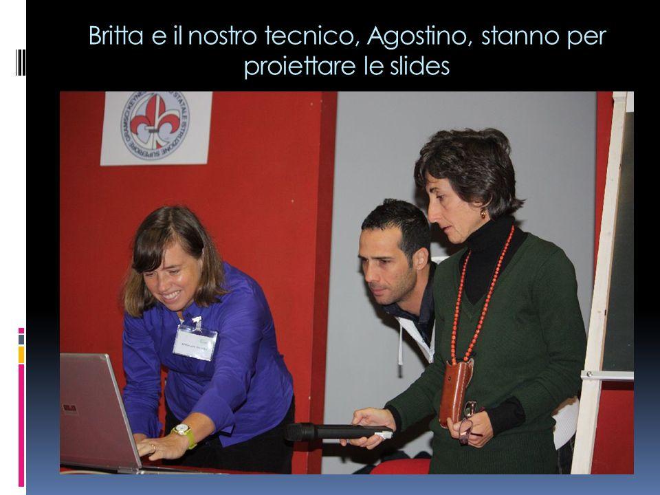 Britta e il nostro tecnico, Agostino, stanno per proiettare le slides