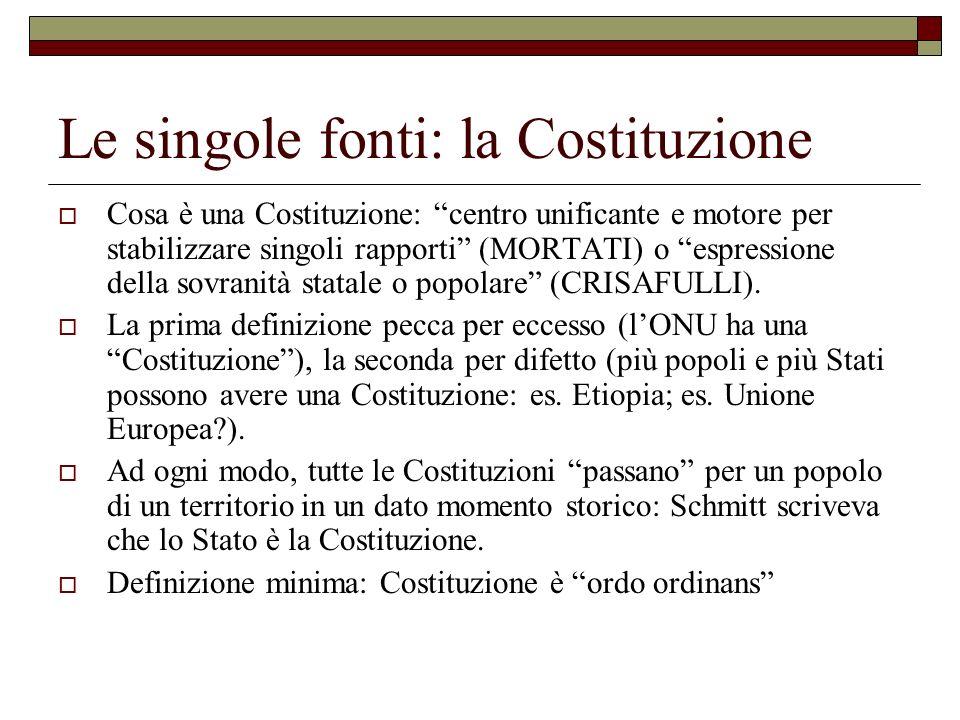 Le singole fonti: la Costituzione Cosa è una Costituzione: centro unificante e motore per stabilizzare singoli rapporti (MORTATI) o espressione della
