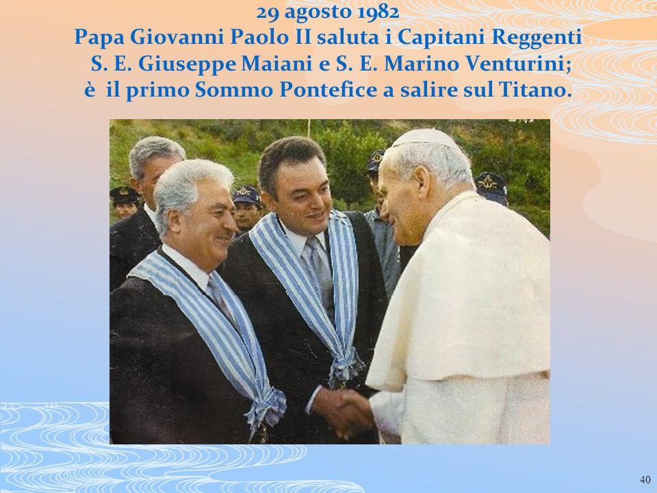 40 29 agosto 1982 Papa Giovanni Paolo II saluta i Capitani Reggenti S. E. Giuseppe Maiani e S. E. Marino Venturini; è il primo Sommo Pontefice a salir