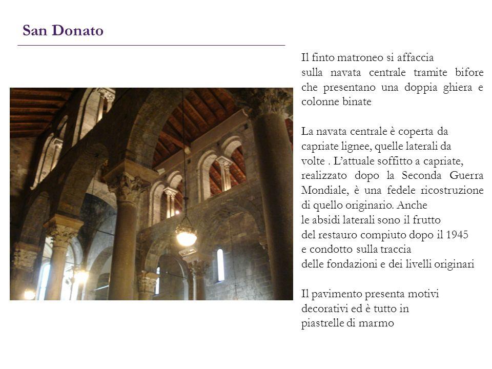 San Donato Il finto matroneo si affaccia sulla navata centrale tramite bifore che presentano una doppia ghiera e colonne binate La navata centrale è c
