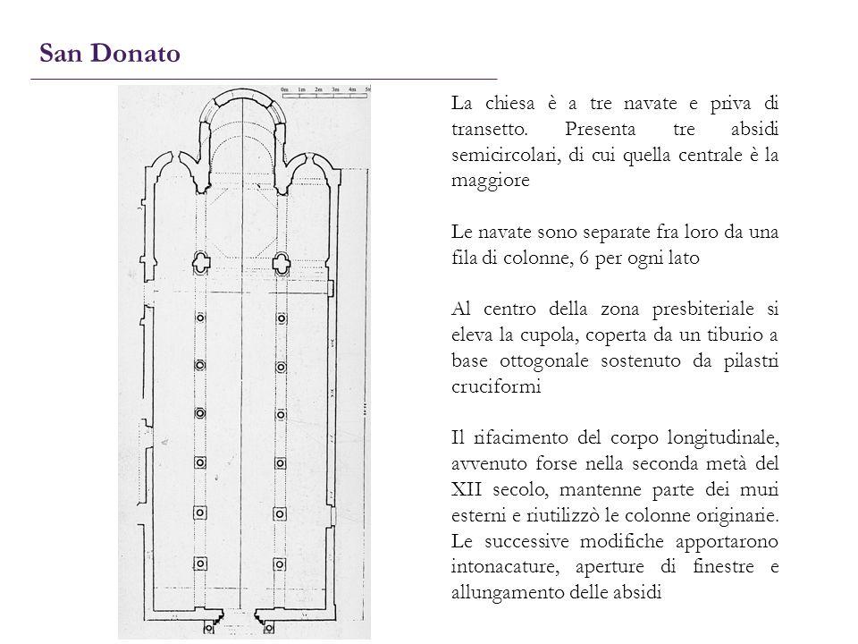 La chiesa è a tre navate e priva di transetto. Presenta tre absidi semicircolari, di cui quella centrale è la maggiore Le navate sono separate fra lor