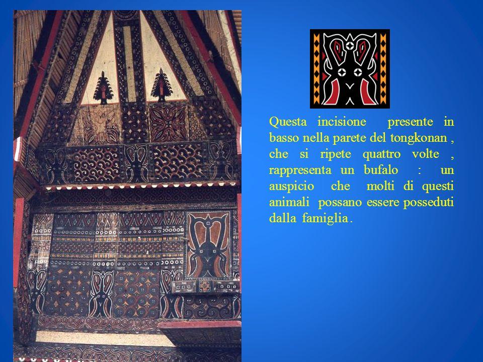 Questa incisione presente in basso nella parete del tongkonan, che si ripete quattro volte, rappresenta un bufalo : un auspicio che molti di questi an