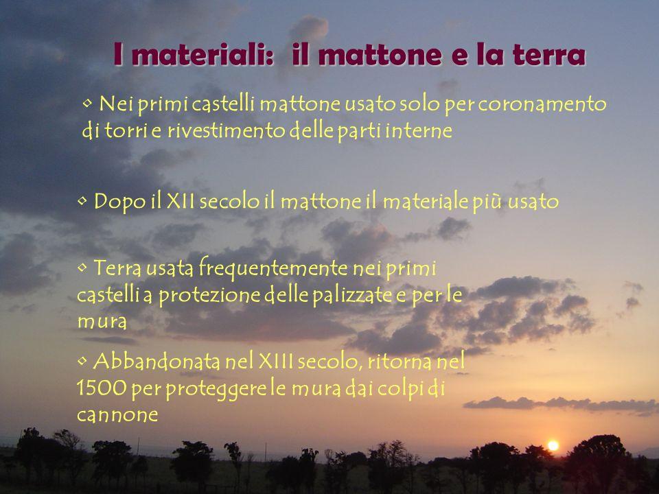 I materiali: il mattone e la terra Nei primi castelli mattone usato solo per coronamento di torri e rivestimento delle parti interne Dopo il XII secol