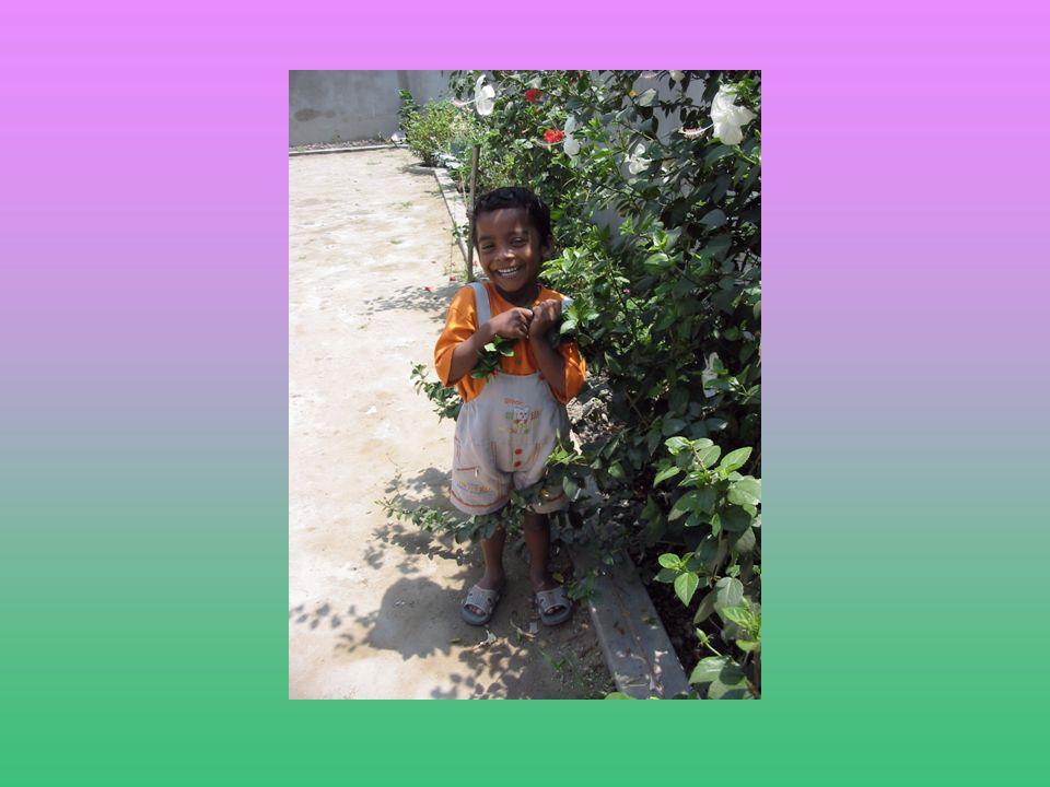 Kishore… Adesso Kishore è spesso ammalato, ha subito gravi lesioni al fegato e ai reni ma vive accudito e amato con tanto affetto in un orfanotrofio di Calcutta.