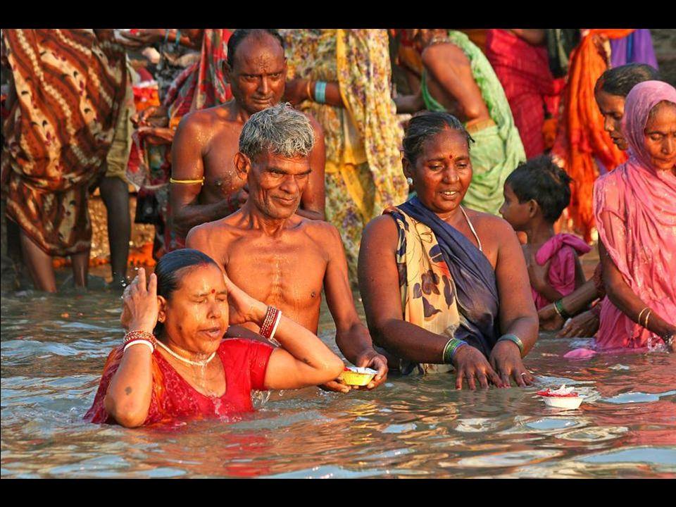 Un uomo che offre un lumino alla Dea Ganga