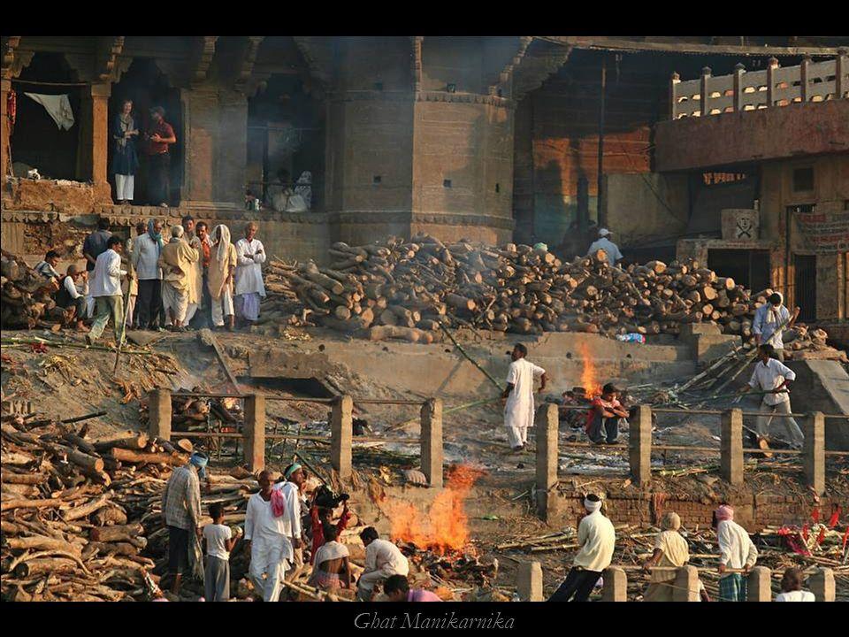Ghat Manikarnika, il principale ghat adibito a crematorio
