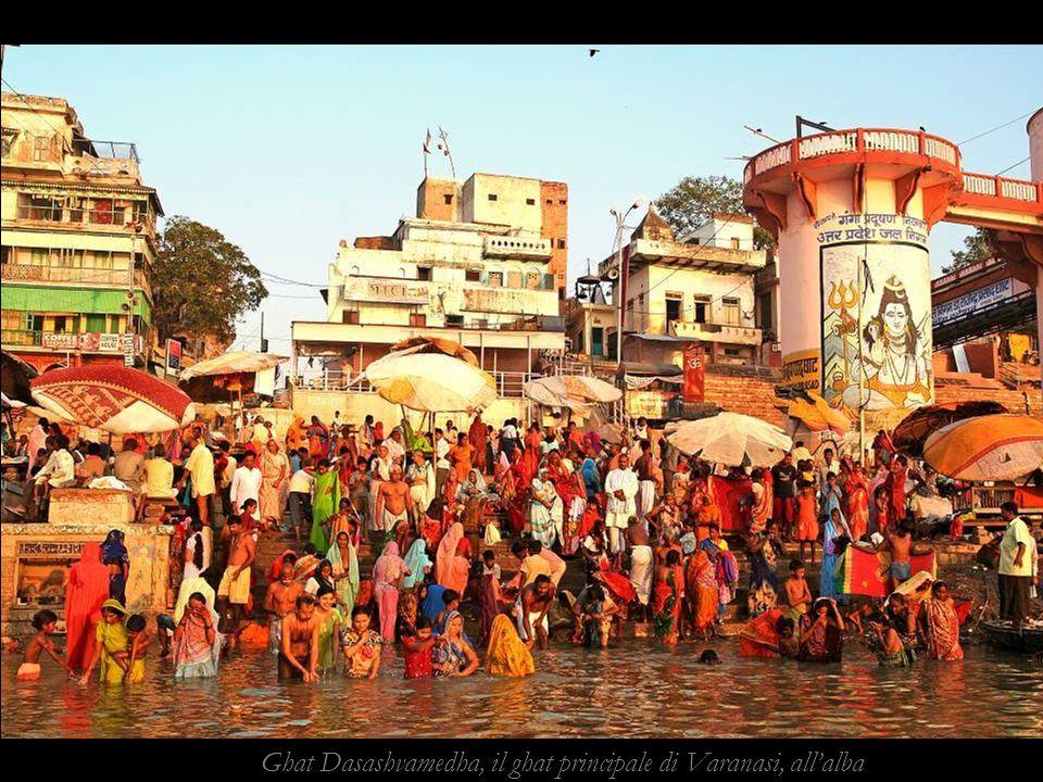 Ghat Dasashvamedha, il ghat principale di Varanasi, allalba