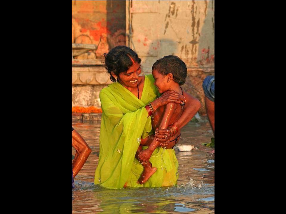 I morti vengono immersi nel Gange prima della cremazione