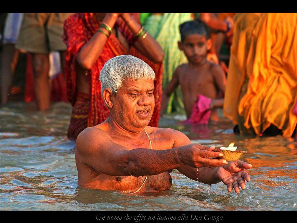 Aarti vespertina, mentre si intonano mantras si offrono lumini di olio al Gange