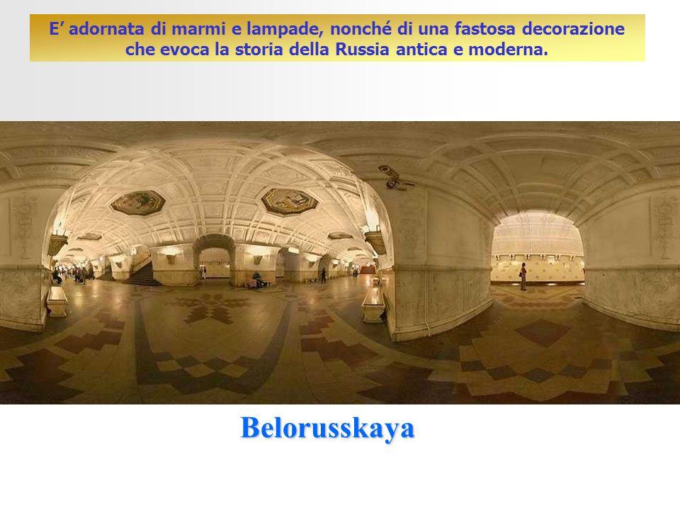 Belorusskaya E adornata di marmi e lampade, nonché di una fastosa decorazione che evoca la storia della Russia antica e moderna.