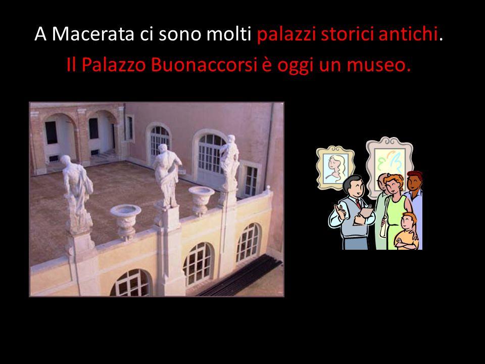 A Macerata ci sono molti palazzi storici antichi. Il Palazzo Buonaccorsi è oggi un museo.