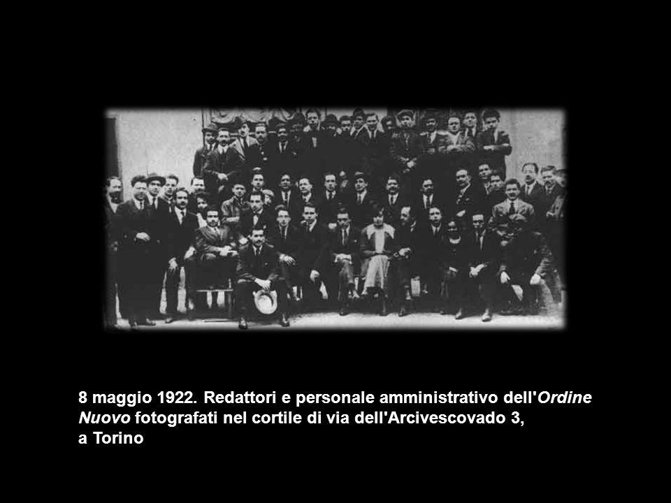 8 maggio 1922. Redattori e personale amministrativo dell'Ordine Nuovo fotografati nel cortile di via dell'Arcivescovado 3, a Torino