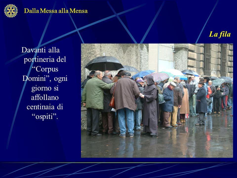 La fila Davanti alla portineria del Corpus Domini, ogni giorno si affollano centinaia di ospiti. Dalla Messa alla Mensa