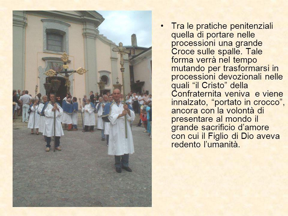 Tra le pratiche penitenziali quella di portare nelle processioni una grande Croce sulle spalle. Tale forma verrà nel tempo mutando per trasformarsi in