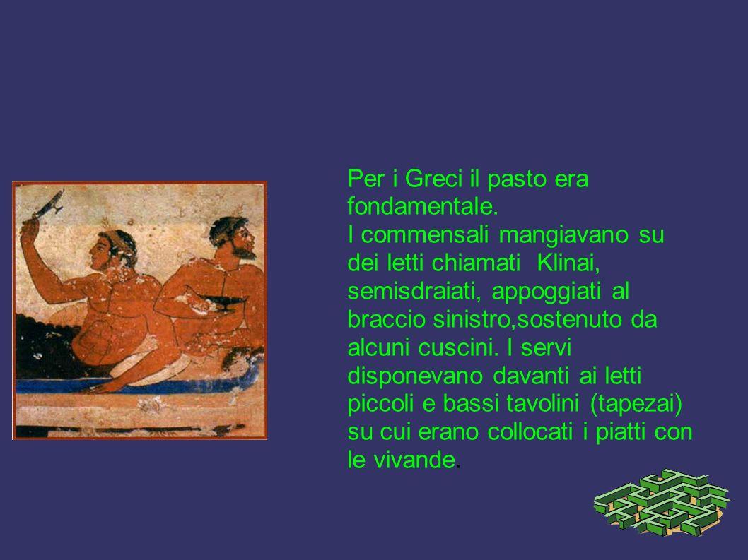 Per i Greci il pasto era fondamentale. I commensali mangiavano su dei letti chiamati Klinai, semisdraiati, appoggiati al braccio sinistro,sostenuto da