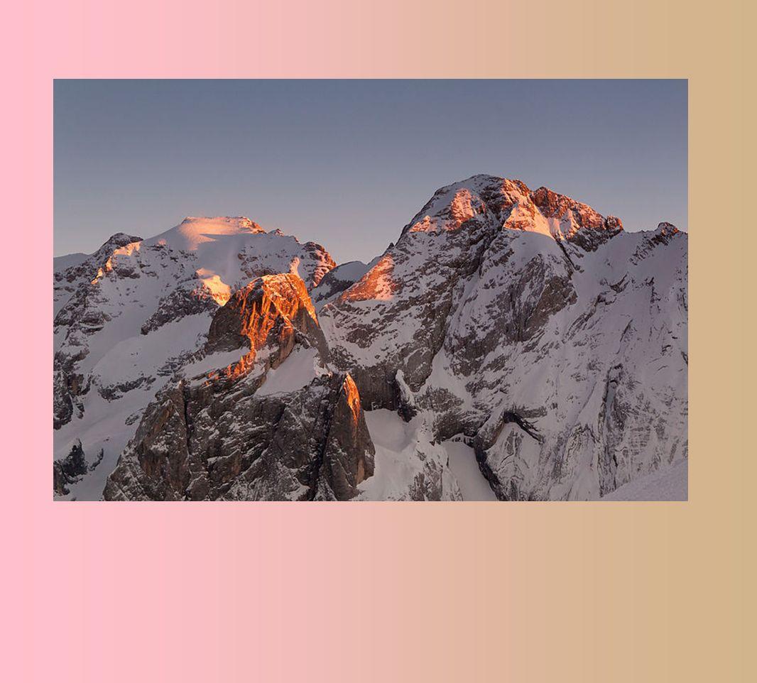 M ontagna superba la Marmolada che guarda tutte le altre Dolomiti dallalto: con i suoi 3342 metri è la più alta di tutte.