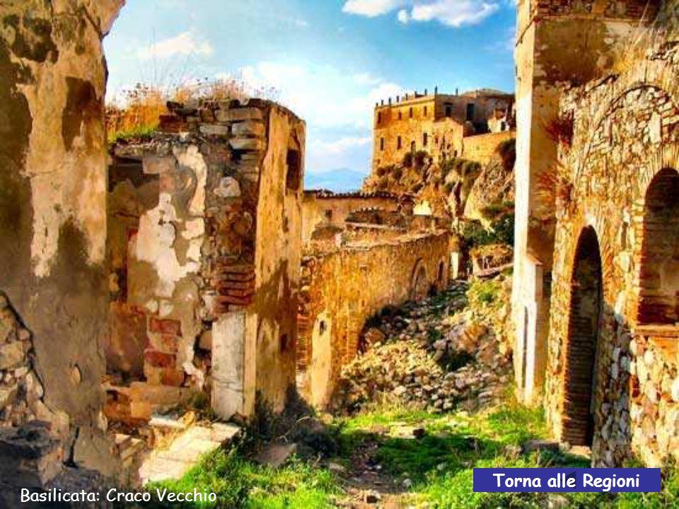 Basilicata: Craco Vecchio Craco vecchio è uno trai più suggestivi paesi fantasma che ancora sopravvivono in Italia.
