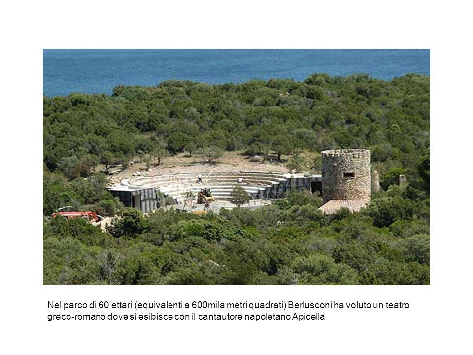 Nel parco di 60 ettari (equivalenti a 600mila metri quadrati) Berlusconi ha voluto un teatro greco-romano dove si esibisce con il cantautore napoletan