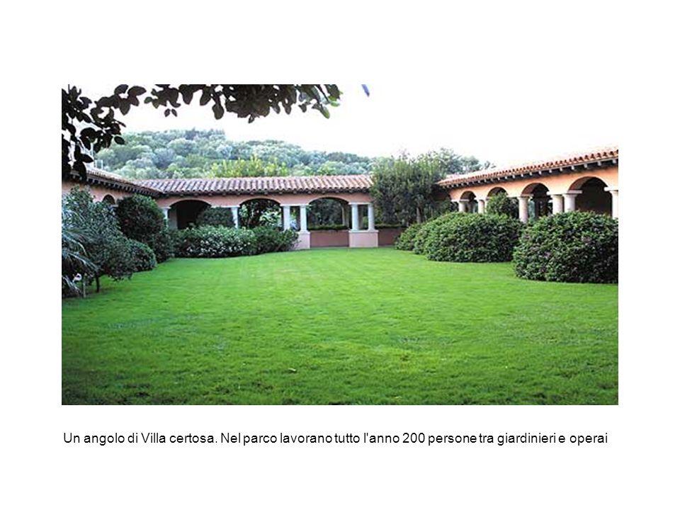 Un angolo di Villa certosa. Nel parco lavorano tutto l'anno 200 persone tra giardinieri e operai
