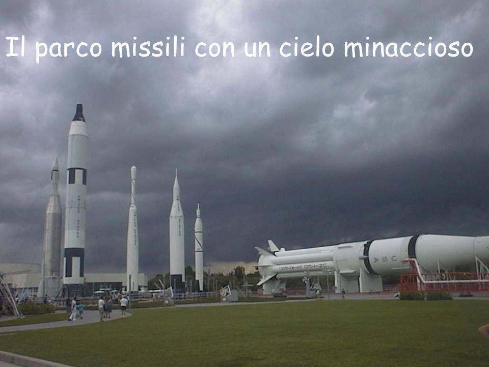 Il parco missili con un cielo minaccioso