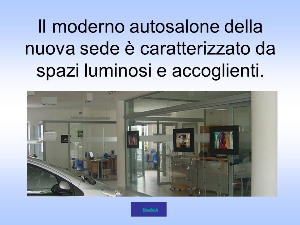 Il moderno autosalone della nuova sede è caratterizzato da spazi luminosi e accoglienti. English