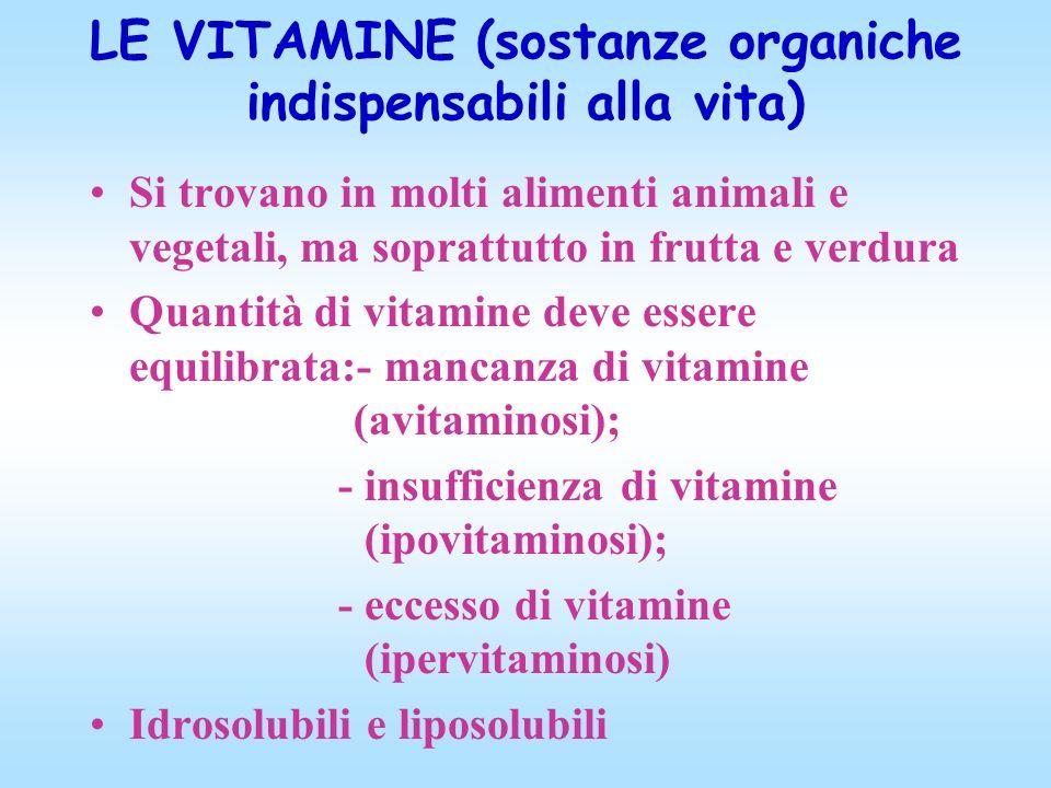 LE VITAMINE (sostanze organiche indispensabili alla vita) Si trovano in molti alimenti animali e vegetali, ma soprattutto in frutta e verdura Quantità