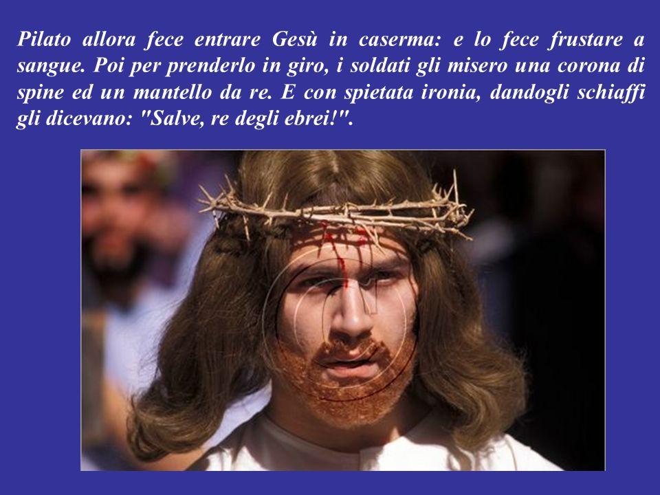 Pilato allora uscì fuori e disse alla gente: Io non trovo in questuomo nessuna colpa. E usanza per la Pasqua liberare un carcerato: questanno vi liber