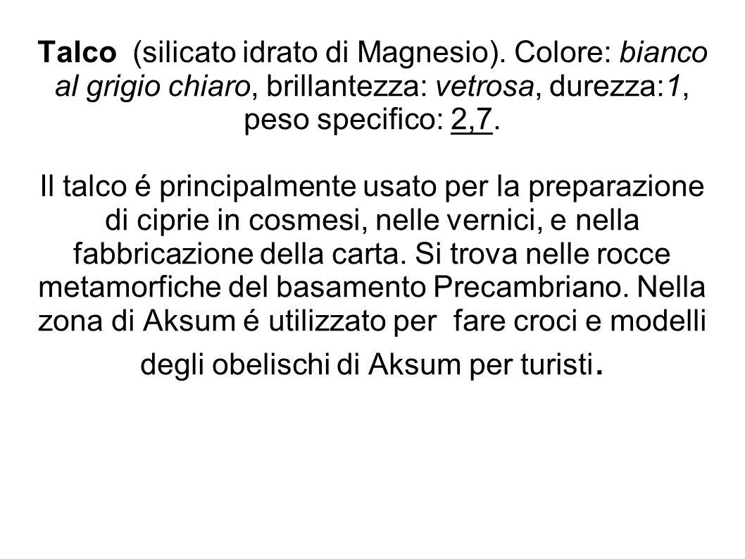 Talco (silicato idrato di Magnesio). Colore: bianco al grigio chiaro, brillantezza: vetrosa, durezza:1, peso specifico: 2,7. Il talco é principalmente