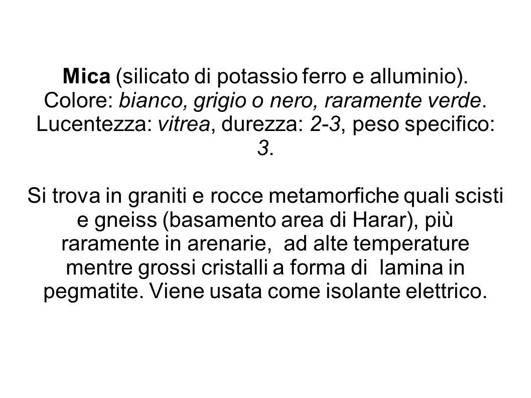 Mica (silicato di potassio ferro e alluminio). Colore: bianco, grigio o nero, raramente verde. Lucentezza: vitrea, durezza: 2-3, peso specifico: 3. Si
