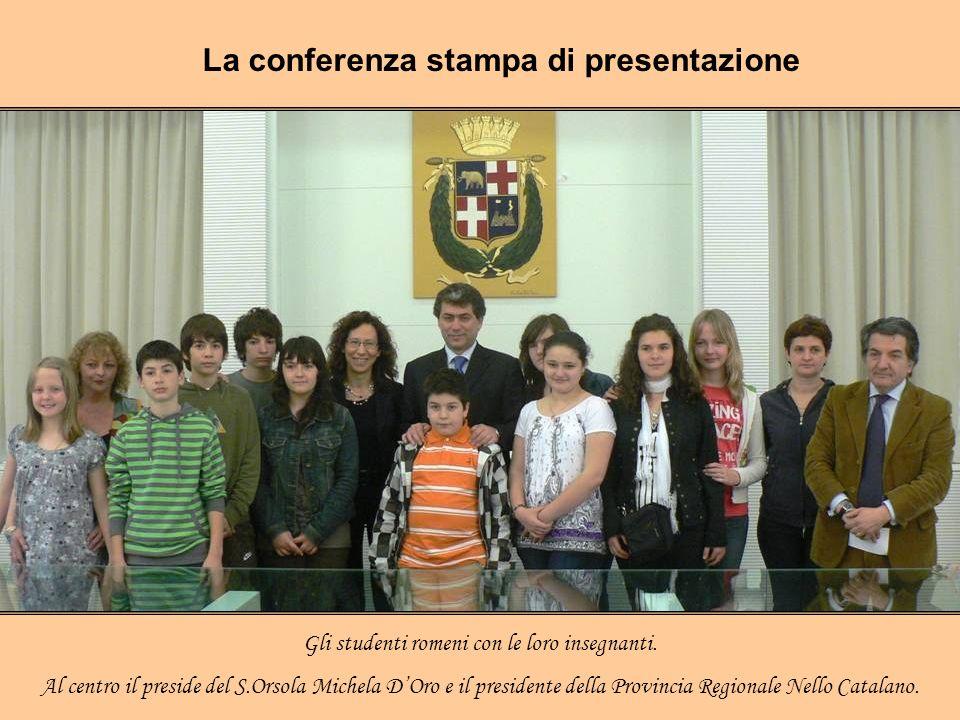 La conferenza stampa di presentazione Gli studenti romeni con le loro insegnanti. Al centro il preside del S.Orsola Michela DOro e il presidente della