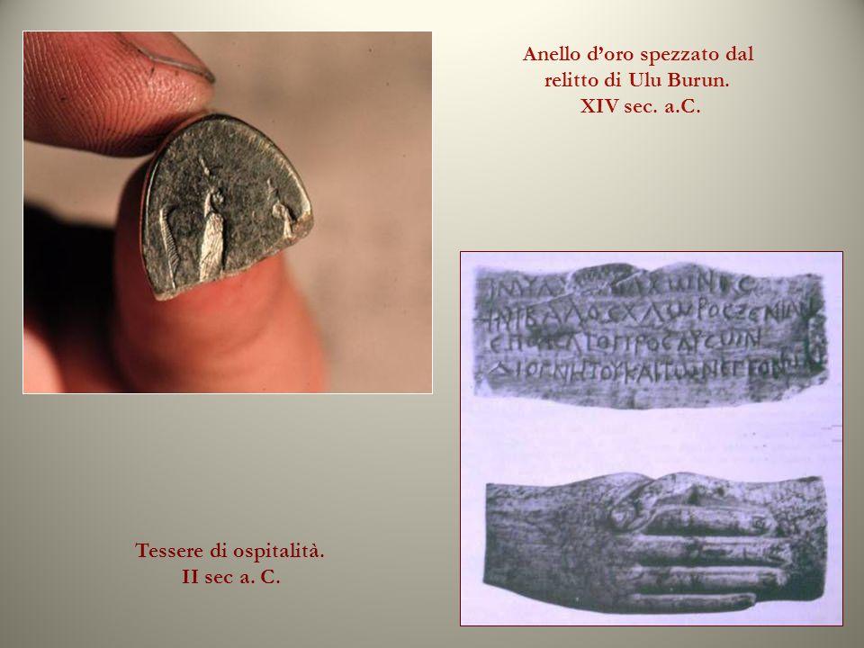 Anello doro spezzato dal relitto di Ulu Burun. XIV sec. a.C. Tessere di ospitalità. II sec a. C.
