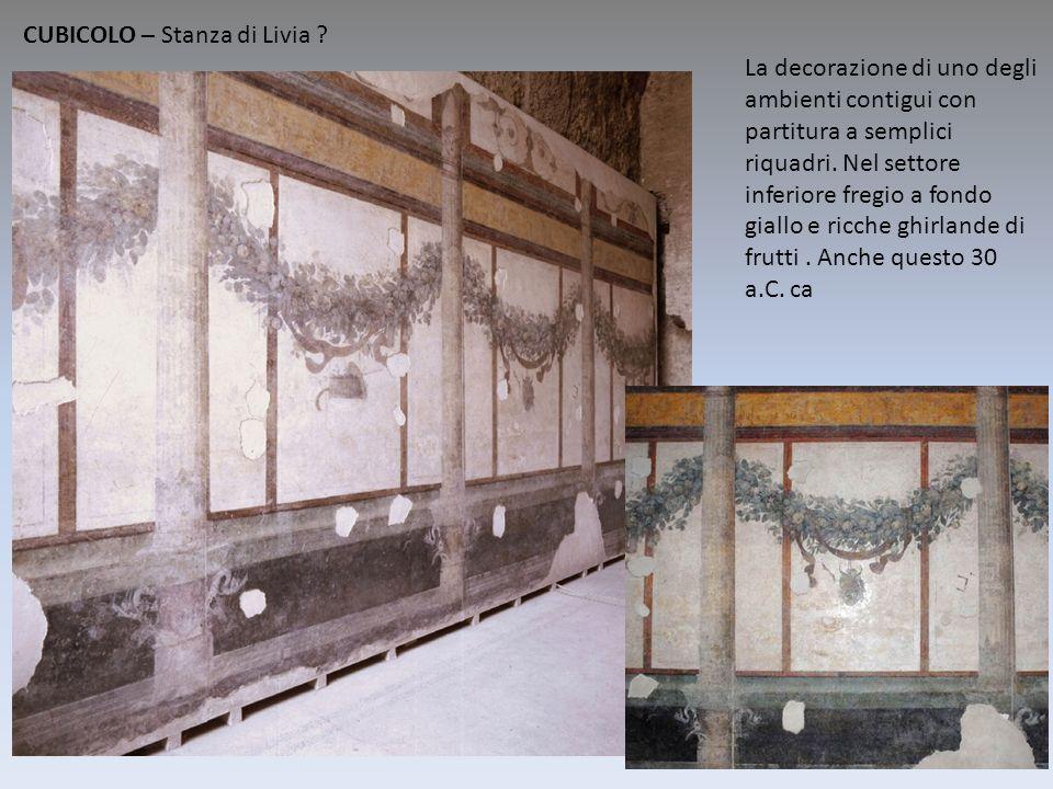 La decorazione di uno degli ambienti contigui con partitura a semplici riquadri. Nel settore inferiore fregio a fondo giallo e ricche ghirlande di fru
