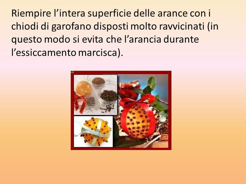 Riempire lintera superficie delle arance con i chiodi di garofano disposti molto ravvicinati (in questo modo si evita che larancia durante lessiccamen