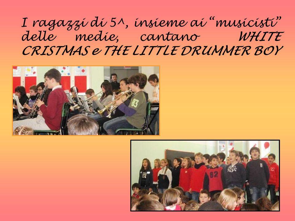 I ragazzi di 5^, insieme ai musicisti delle medie, cantano WHITE CRISTMAS e THE LITTLE DRUMMER BOY