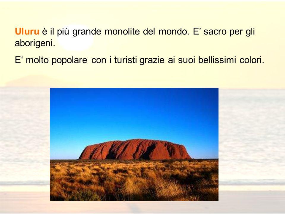 Uluru è il più grande monolite del mondo. E sacro per gli aborigeni. E molto popolare con i turisti grazie ai suoi bellissimi colori.