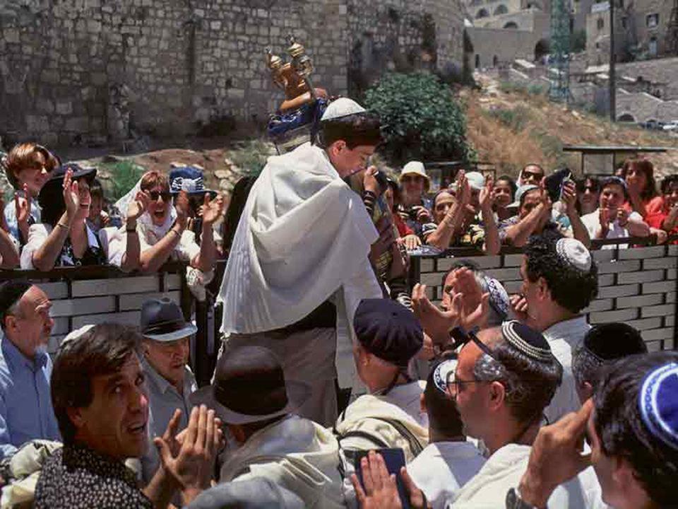 Festa di Bar Mitzva (il bambino legge La Tora pubblicamente per la prima volta).