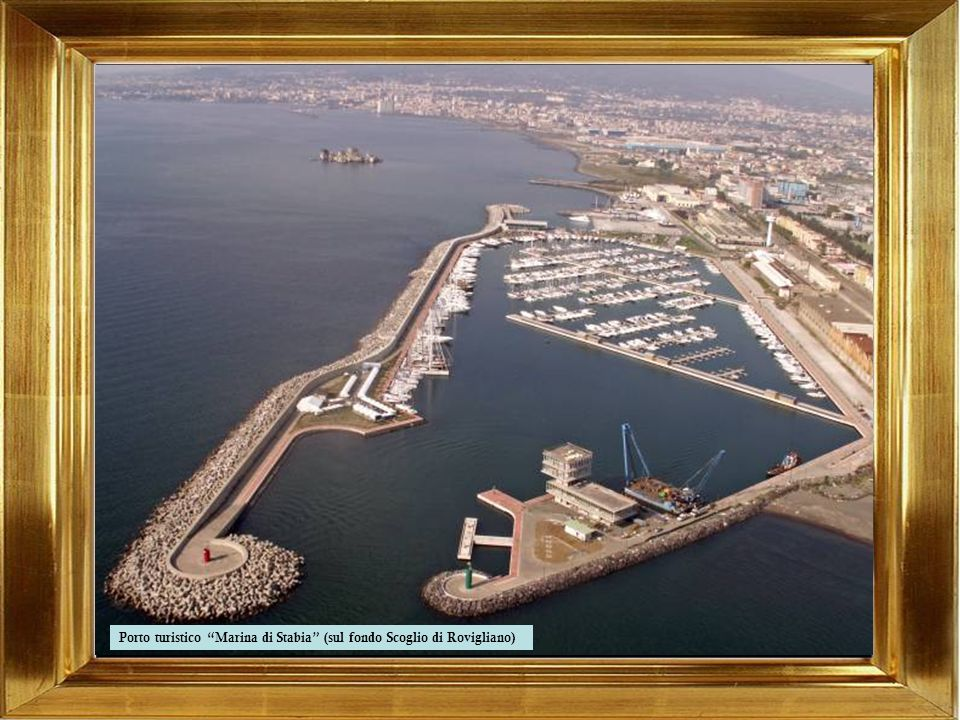 Porto (attraccata al molo la nave scuola Amerigo Vespucci)