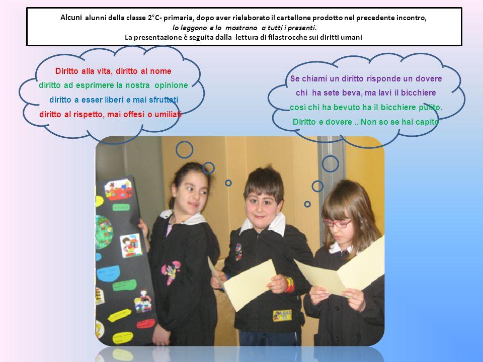Alcuni alunni della classe 2°C- primaria, dopo aver rielaborato il cartellone prodotto nel precedente incontro, lo leggono e lo mostrano a tutti i pre
