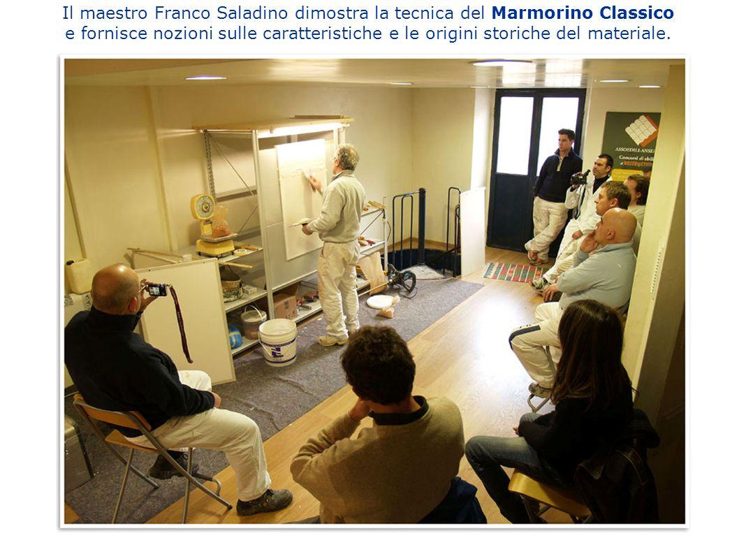 Il maestro Franco Saladino dimostra la tecnica del Marmorino Classico e fornisce nozioni sulle caratteristiche e le origini storiche del materiale.
