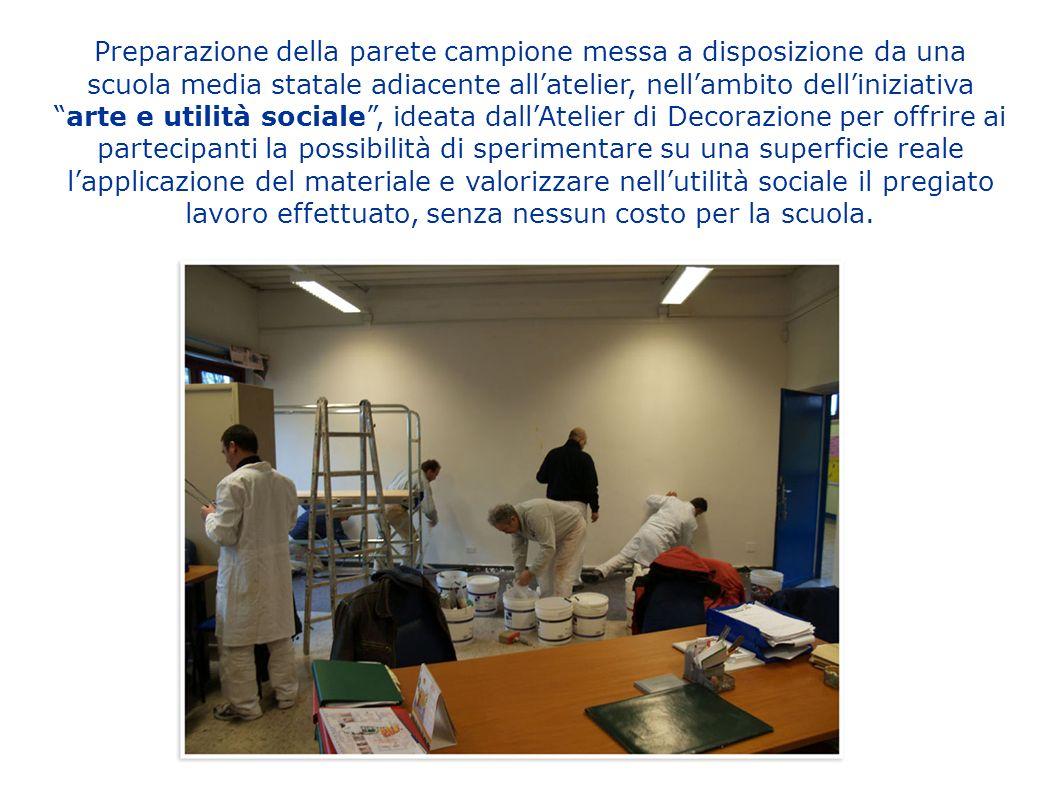 Preparazione della parete campione messa a disposizione da una scuola media statale adiacente allatelier, nellambito delliniziativaarte e utilità soci
