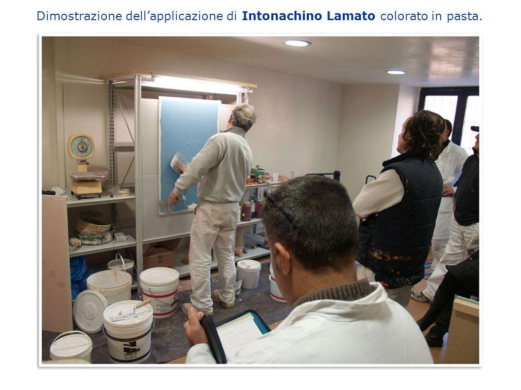 Dimostrazione dellapplicazione di Intonachino Lamato colorato in pasta.