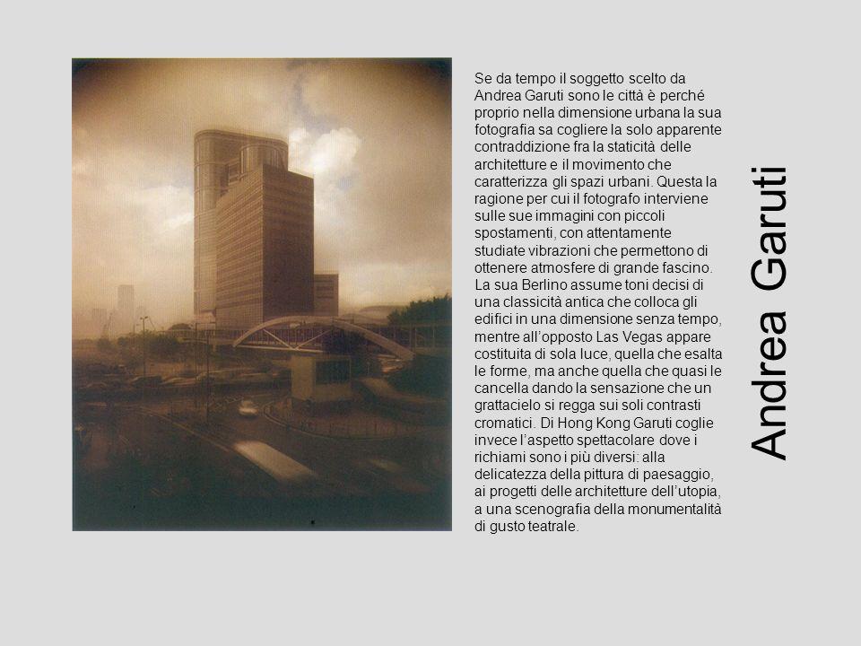Se da tempo il soggetto scelto da Andrea Garuti sono le città è perché proprio nella dimensione urbana la sua fotografia sa cogliere la solo apparente contraddizione fra la staticità delle architetture e il movimento che caratterizza gli spazi urbani.