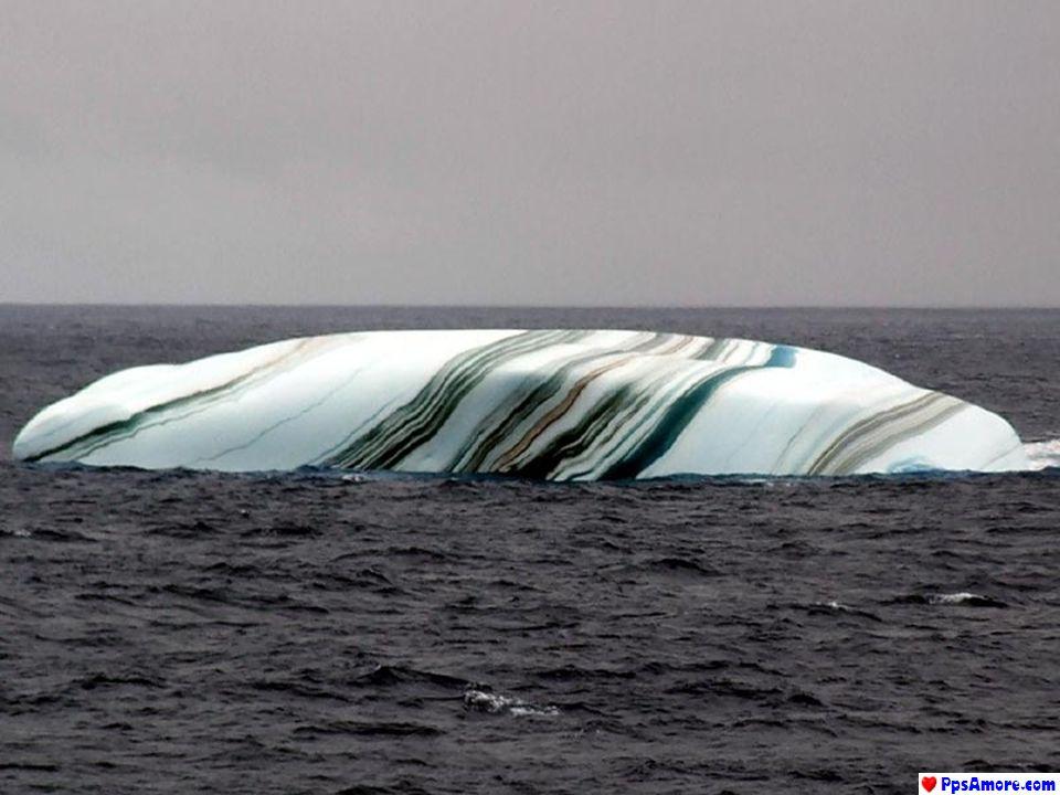 Quando un Iceberg si stacca dalla banchisa, uno strato di acqua di mare può ghiacciare sotto la superficie.