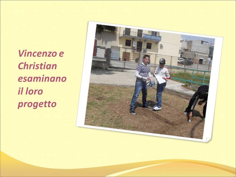 Vincenzo e Christian esaminano il loro progetto