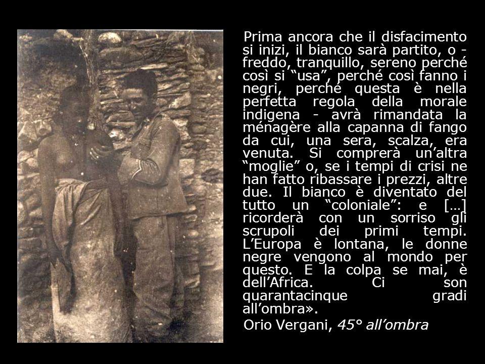 Soldato italiano tra ascari con un serpente (28 luglio 1936).