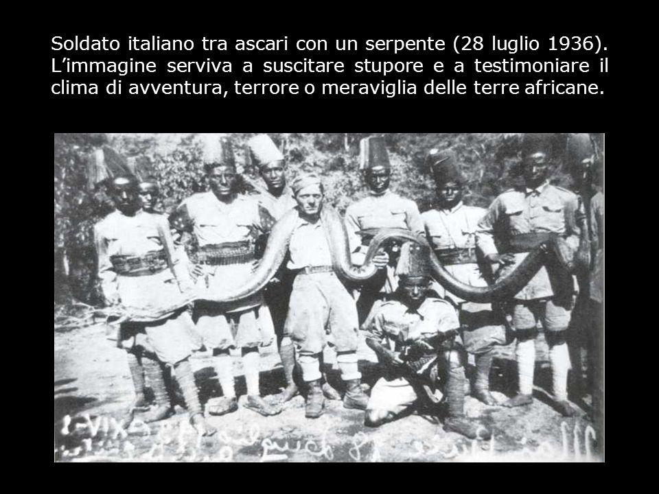 Soldato italiano tra ascari con un serpente (28 luglio 1936). Limmagine serviva a suscitare stupore e a testimoniare il clima di avventura, terrore o