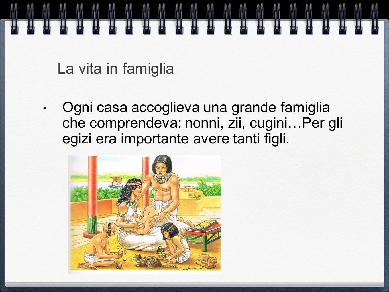 Grazie alle ostraca, (dal greco vuol dire conchiglia ) sappiamo che gli abitanti dei villaggi usavano questi fogli di pietra per scrivere come si stava nel villaggio.
