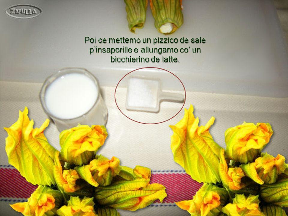 Adesso preparamo la pastella: rompemo, innanzitutto, le 2 uova in un piatto, pe verifica che siano sane e fresche.